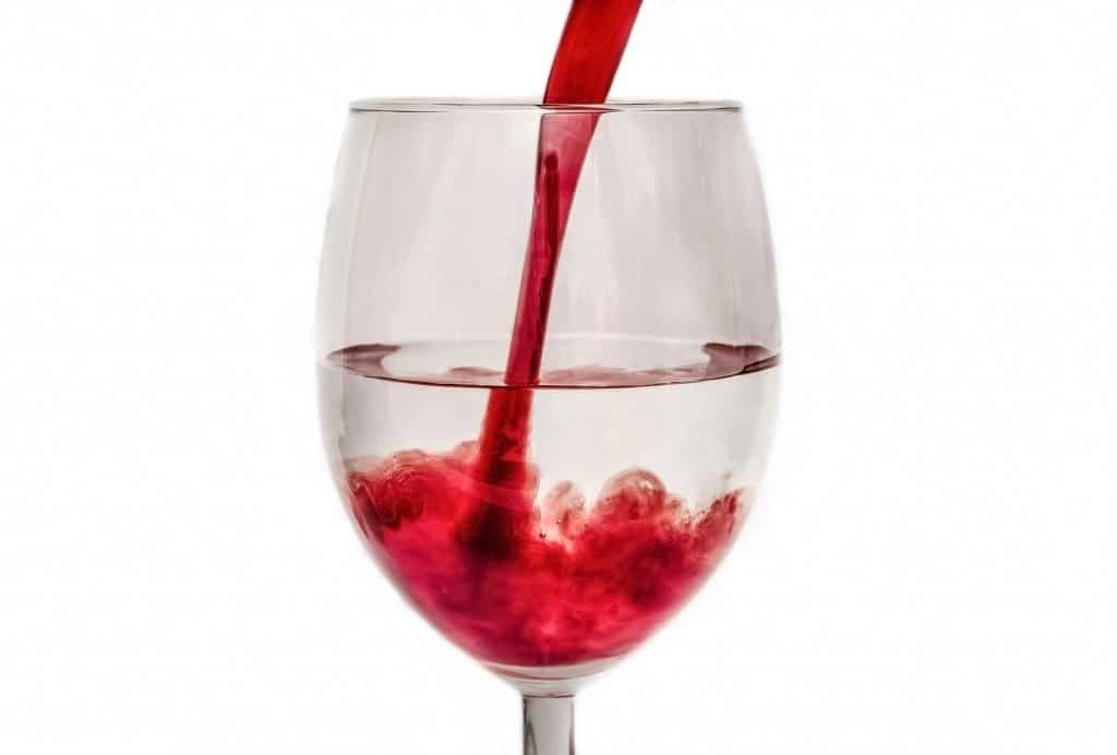 Weinglas für Weinkönigin mit Wasser und Wein